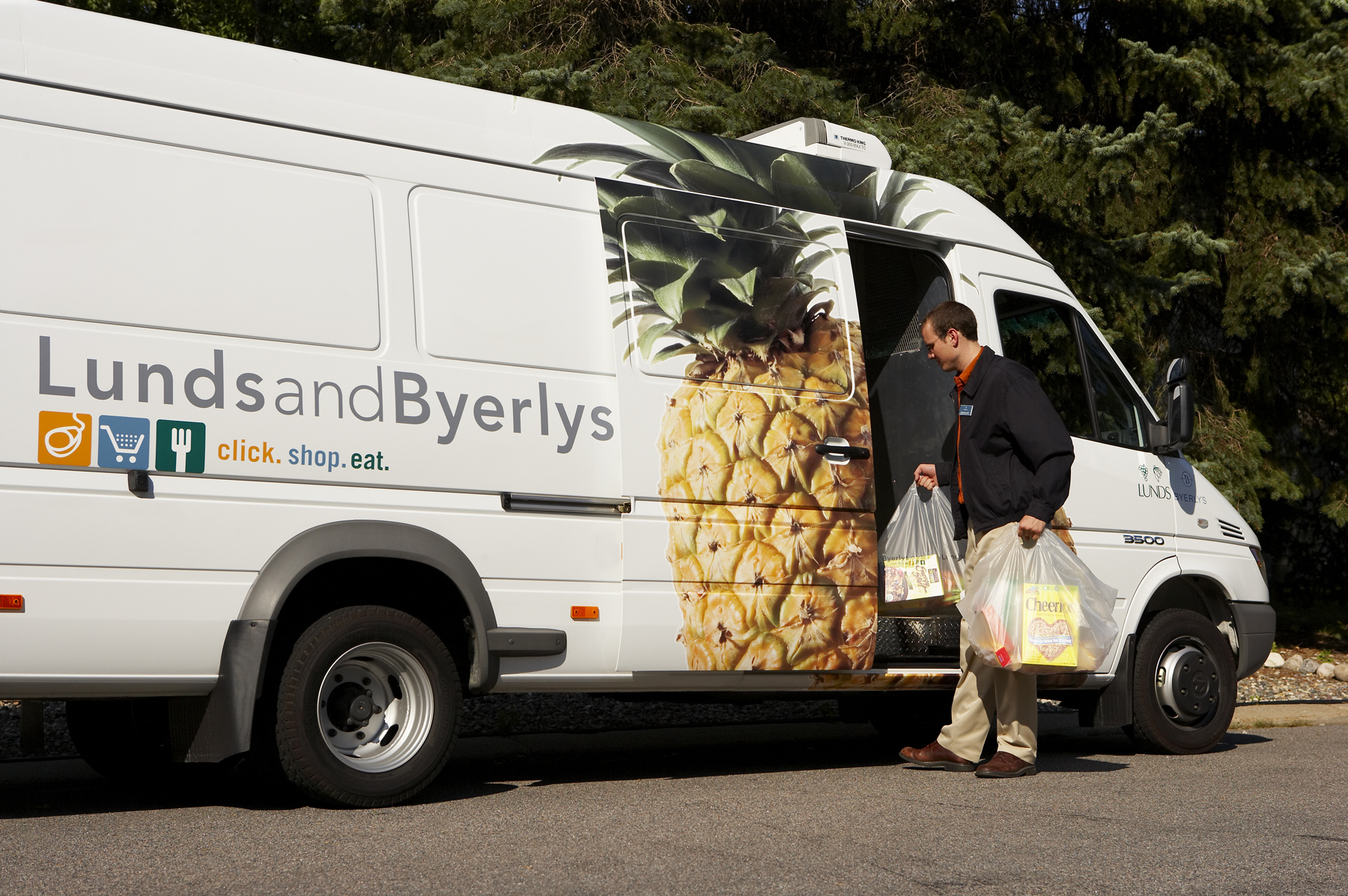 <p>Lunds &#038; Byerlys delivery vans are equipped with climate-controlled compartments so frozen, chilled and room-temperature products are fresh when customers receive them.</p>