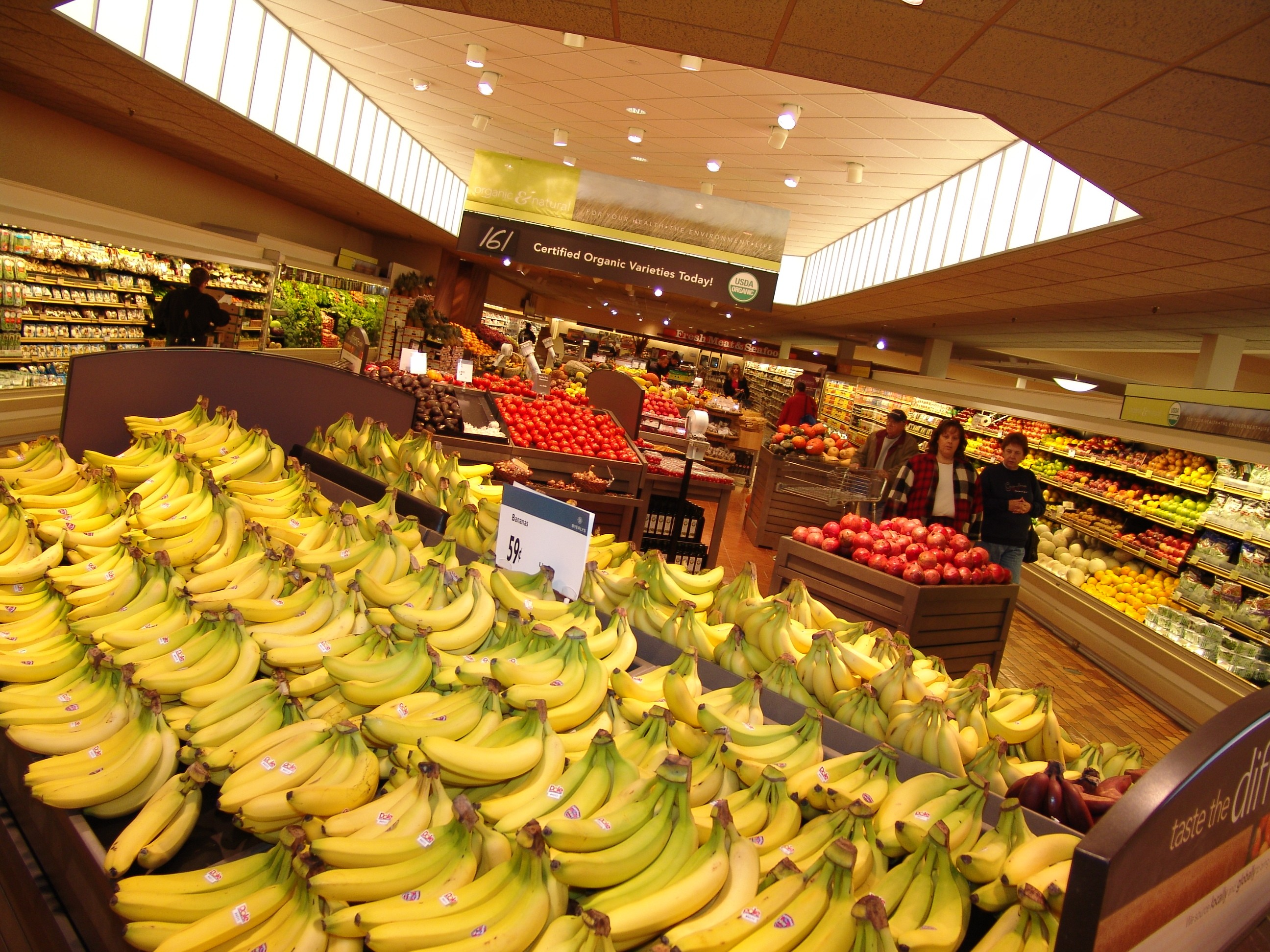 <p>Lunds &#038; Byerlys offer hundreds of varieties of fresh fruits and vegetables, including an extensive selection of certified-organic produce. Many seasonal varieties of fruits and vegetables come from local farmers.</p>